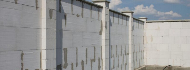 Забор из газобетона устойчив к воздействию внешних факторов