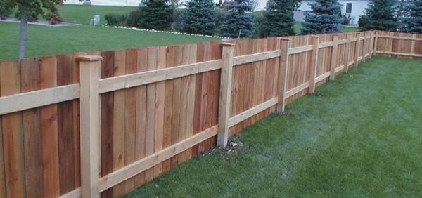 Деревянный забор, дешевый вариант в постройке