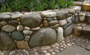 Оградка из камней в виде мозайки