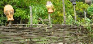 Маленькая оградка плетень с декоративными горшками