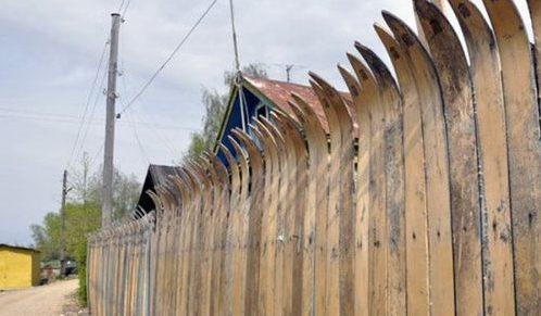 Забор из подручных материалов, старые деревянные лыжи