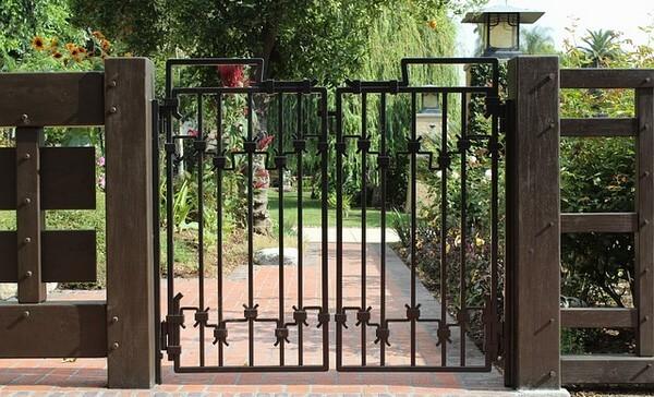 Сквозные или из металлических прутьев кованные ворота
