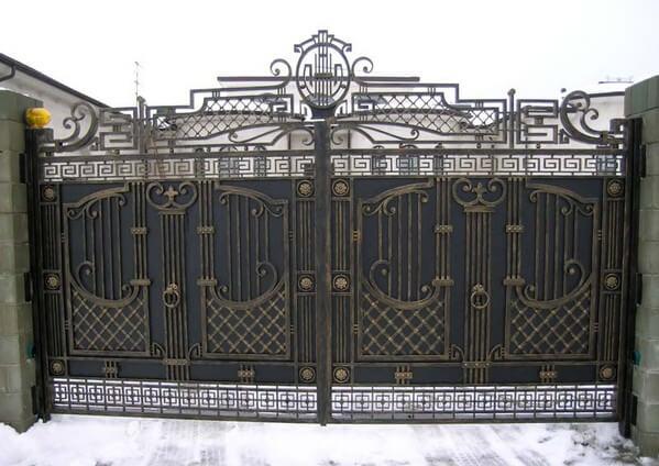 Сплошной вид ворот, с художественной ковкой