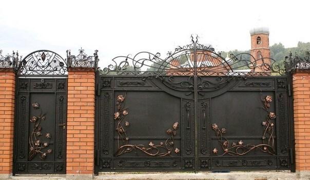 Кованные сплошные ворота с калиткой