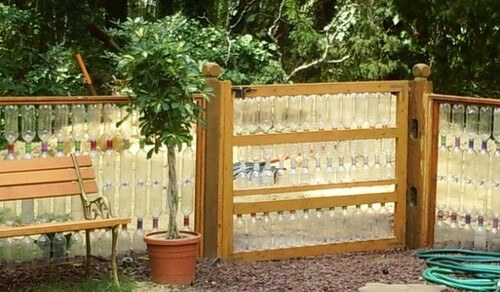 Забор в виде стеллажа с буиылками