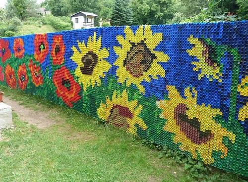 Забор из пластиковых крышичек